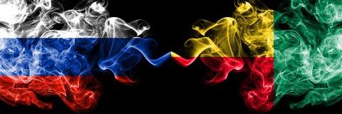 Русский против Бенина, бенинские флаги дыма установили сторону - - сторона Толстые покрашенные шелковистые флаги дыма России и Бе иллюстрация штока