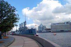 Русский рассвет крейсера, река Neva в Санкт-Петербурге стоковое фото