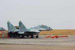 Русский реактивный истребитель MIG-29 на авиаполе Стоковое Изображение