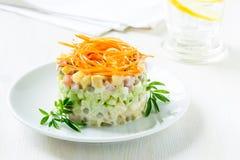 Русский салат Olivier с морковью на верхней части стоковая фотография