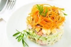 Русский салат Olivier с морковью на верхней части стоковое фото rf