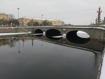 Русский северный город Санкт-Петербурга Зима sneg приведенный, morz большинств обваловка Fontanka Отражение Стоковые Изображения