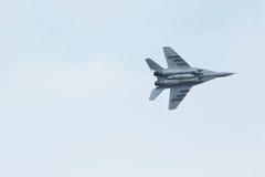 Русский тактический реактивный истребитель MiG-29 в пасмурном небе Стоковые Фото