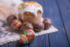Русский традиционного kulich торта пасхи украинский с покрашенными яичками Стоковая Фотография