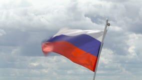 Русский флаг развевая в ветре против неба Отснятый видеоматериал зажима в 4K акции видеоматериалы