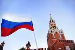 Русский флаг с башней Россией Spasskaya, Москвой на предпосылке Стоковое Изображение
