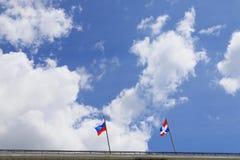 Русский флаг и флаг зоны перми на крыше здания Стоковые Изображения