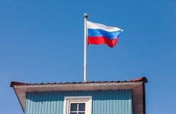 Русский флаг развевая в ветре над небом Стоковое Изображение RF