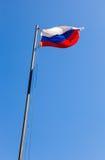 Русский флаг развевая в ветре Стоковая Фотография