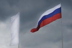 Русский флаг развевая в ветре Стоковые Изображения RF