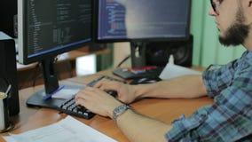 Русский хакер печатая на компьютере HD клавиатуры видеоматериал