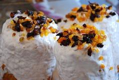 Русский хлеб Kulich пасхи с высушенными абрикосами и изюминками стоковое фото rf