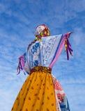 Русский Shrovetide куклы против ясного неба Стоковое Изображение