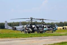 2 русских вертолета боя на аэробазе Стоковая Фотография