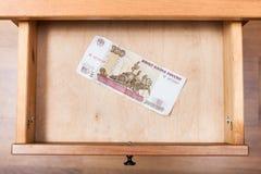 100 русских рублей банкноты в открытом drawe Стоковое Изображение RF