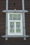 Русское деревянное окно в Томске, России дом старая строить исторический Стоковая Фотография RF