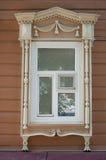 Русское деревянное окно в Томске, России дом старая строить исторический Стоковые Фотографии RF