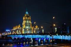 Русское Arcitecture с рекой и голубыми ights стоковые фотографии rf
