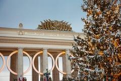 Русское Arcitecture с украшением Нового Года - рождественская елка и света стоковые фотографии rf