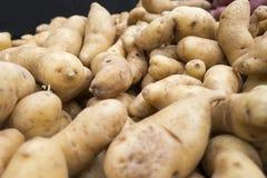 Русые patatos для продажи на супермаркете Стоковые Фотографии RF