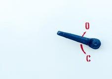 Ручка безопасности медного штейна промышленная на белой поверхности Стоковая Фотография RF
