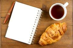 Ручка белой книги кофе чашки круассана на древесине teak Стоковое Изображение