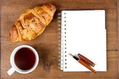 Ручка белой книги кофе чашки круассана на древесине teak Стоковое Изображение RF