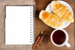 Ручка белой книги кофе чашки круассана Стоковые Фотографии RF