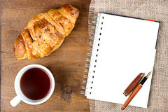 Ручка белой книги кофе чашки круассана Стоковые Изображения RF