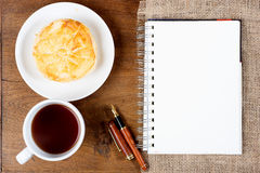 Ручка белой книги кофе чашки печенья Стоковое Изображение