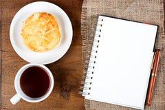 Ручка белой книги кофе чашки печенья Стоковая Фотография RF