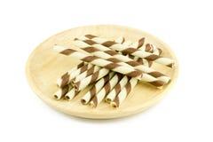 Ручка вафли на деревянном блюде изолированном на белизне Стоковые Изображения