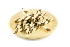 Ручка вафли на деревянном блюде изолированном на белизне Стоковые Фотографии RF