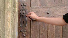 Ручка двери нажима женщины старая сток-видео