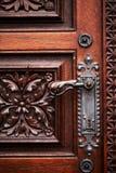 Ручка двери на античной деревянной двери стоковая фотография rf
