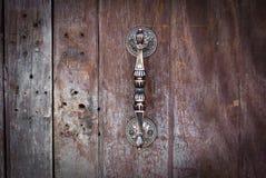 Ручка двери на деревянной предпосылке Стоковое Изображение RF