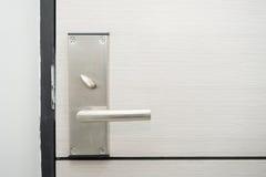 Ручка двери нержавеющей стали в гостинице Стоковое фото RF