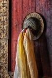 Ручка двери стробов в gompa Thiksey, Ladakh, Индии стоковые фото