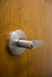 Ручка двери с замком большого пальца руки на деревянной двери Стоковые Изображения RF