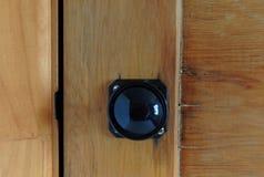Ручка двери бакелита на деревянной двери стоковое фото rf