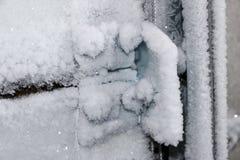 ручка двери и keyhole предусматриваны с заморозками заморозка строгими замораживания двери ледистая ручка и замок покрытые с снеж Стоковое Изображение
