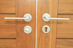 Ручка двери на деревянной двери Стоковое фото RF