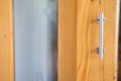 Ручка двери на деревянной двери Стоковые Фотографии RF