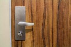 Ручка двери стиля Modren на естественной деревянной двери Стоковое фото RF