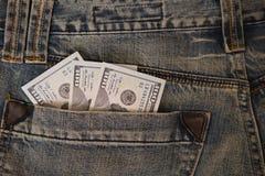 Ручка 300 долларовых банкнот из карманн джинсов джинсовой ткани Стоковые Изображения