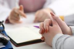 Ручка женским владением руки доктора серебряная стоковые фото