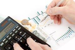 Чалькулятор, диаграммы, ручка в руке, визитных карточках, деньгах, бизнесмене рабочего места, деле иллюстрация вектора