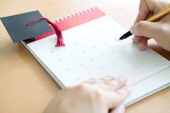 Ручка и календарь удерживания руки Стоковое фото RF