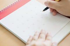 Ручка и календарь удерживания руки Стоковое Изображение RF
