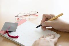 Ручка и календарь удерживания руки Стоковые Изображения RF